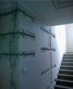 kotwy spiralne w sąsiedztwie narożnika ściany