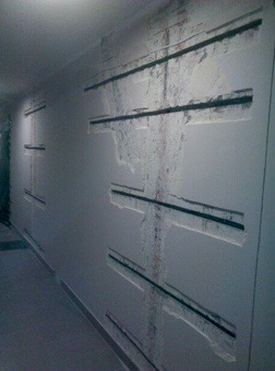 Kotwy spiralne wklejone w ściany działowe bloku