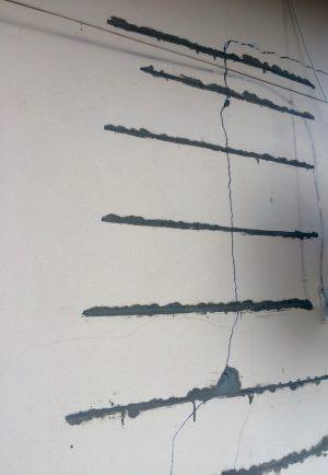 Kotwy spiralne wklejone z przesunięciem o ok 10 cm