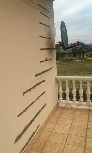 Widok na wklejone rzędy kotew spiralnych w murze