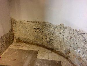 Zawilgocony mur z bloczka betonowego